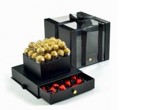 גולדי קופסא שחורה מהודרת עם מגירה המכילה: 32 יחידות פררו רושה 15 לבבות שוקולד