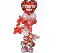 סטנד עשוי בלונים צבעוניים ולב אדום