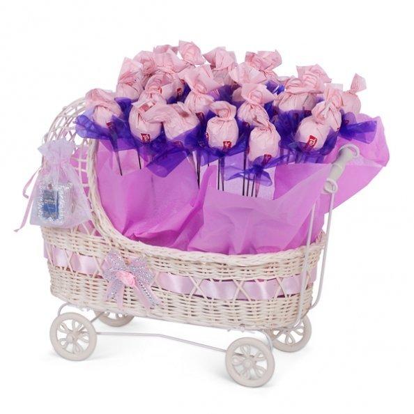 עגלה מעוצבת המכילה 20 פרחי שוקולד